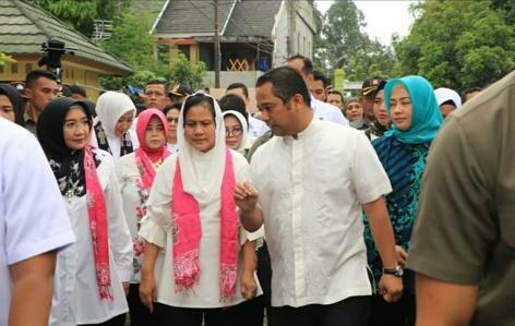 Iriana Jokowi dan Wury Ma'ruf Amin Beri Banatuan Sembako 10 Truk Kepada Korban Banjir Priuk Jaya Kota Tangerang