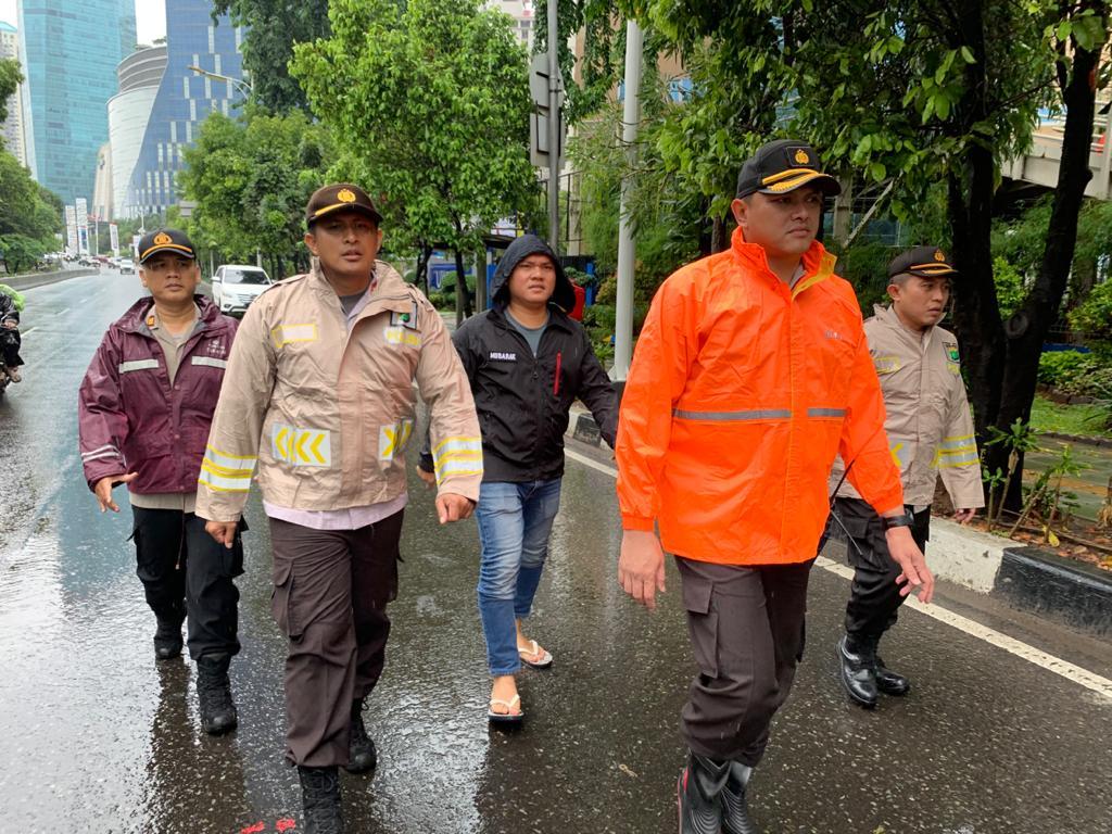 Dalam Penanganan Bantuan Terkena Banjir, Kapolres Jakarta Barat Lakukan Kerja Terpadu Antar Polsek