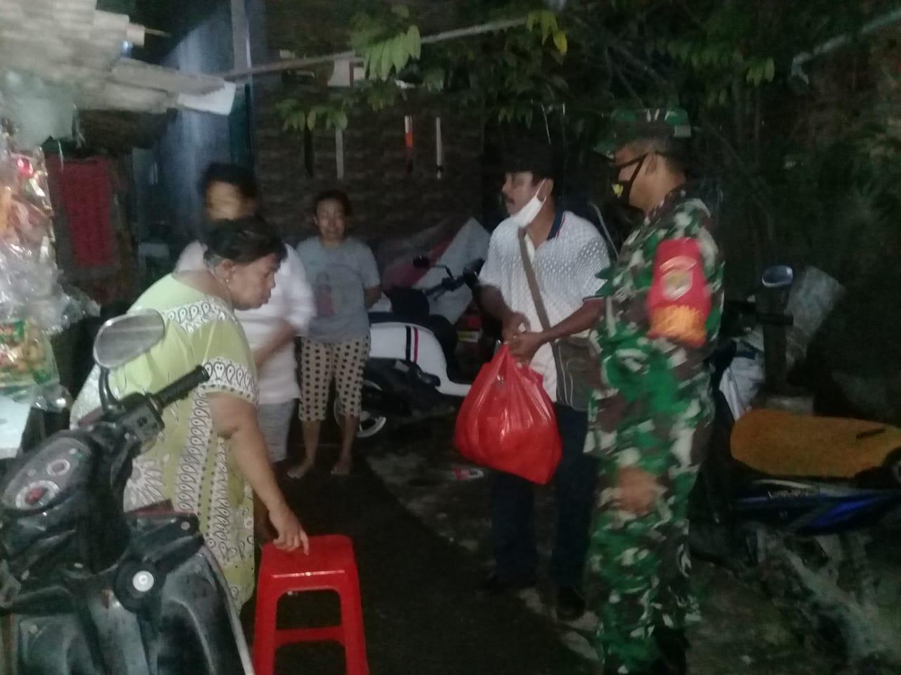 Tiga Pilar Jakarta Barat Bagi Sembako dan Nasi Kotak ke Warga Kapuk Cengkareng