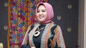 Meski WFH, Desainer Anna Mariana Tetap Produktif