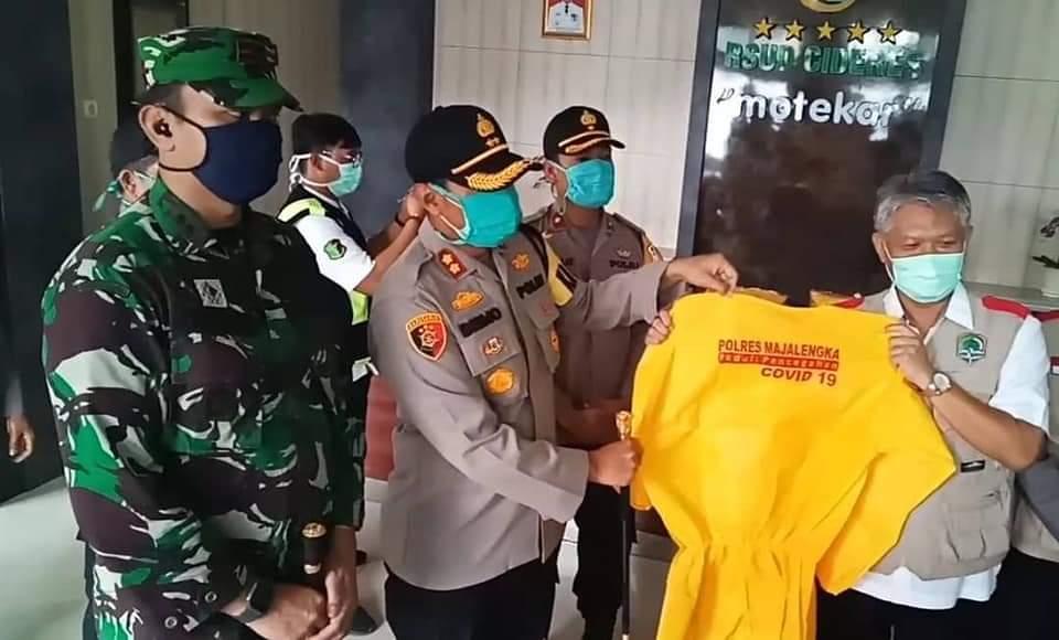 Sebagai Bentuk Dukungan TNI-Polri Kepada Tenaga Medis, Kapolres Bersama Dandim 0617 Majalengka Serahkan Bantuan APD