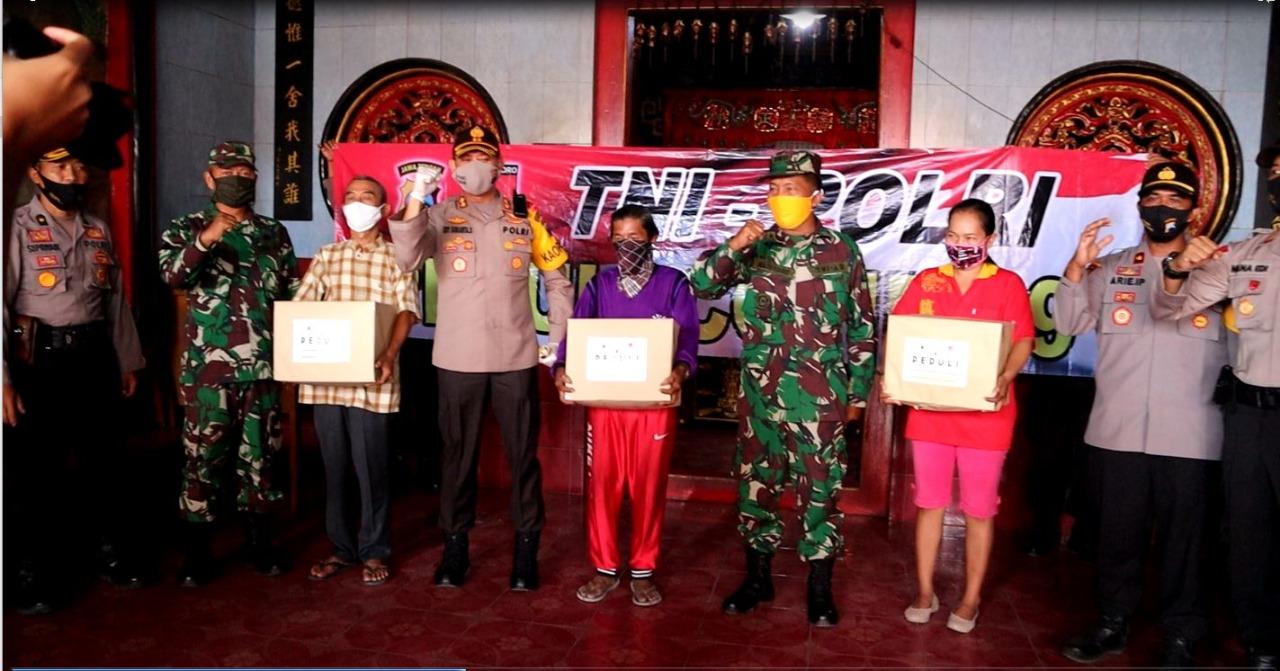 Polres Bersama Kodim 0711/Pemalang Berikan Bantuan Paket Sembako ke Para Penjaga dan Tukang Kebun Tempat Ibadah