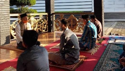 Bupati dan Keluarga Sholat Idul Fitri di Kediaman Pribadi: Semoga Musibah Sebagai Muhasabah Menjadi Mukmin Bertaqwa