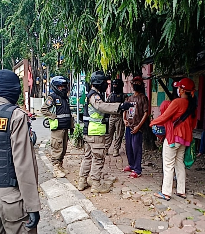 Satpol PP Prabu Garda Cikoding 1  Mendapati 13 Pelanggar PSBB 1 Anjal Tak Miliki Identitas