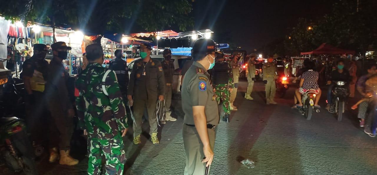"""Satpol PP Jakbar Bersama Aparat Gabungan, Himbau dan Berikan Surat Teguran Kepada Para PKL di Pasar Malam """"JB"""""""