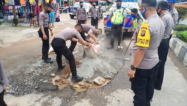 Satgas Kamseltibcar Lantas Polres Melawi Timbun Jalan Berlubang