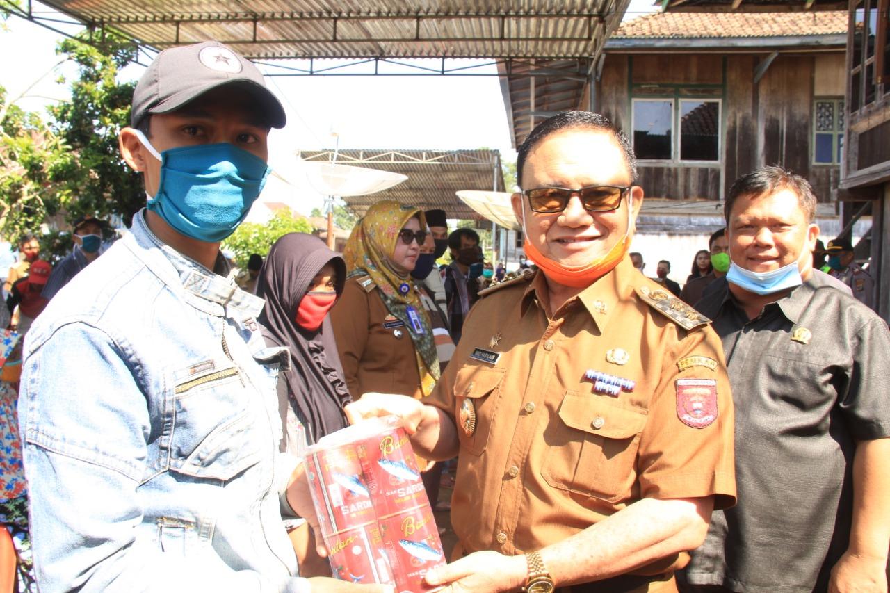 Terpisah Wakil Bupati Lampung Barat Juga Membagikan Paket Sembako di Pekon Turgak Kec Belalau