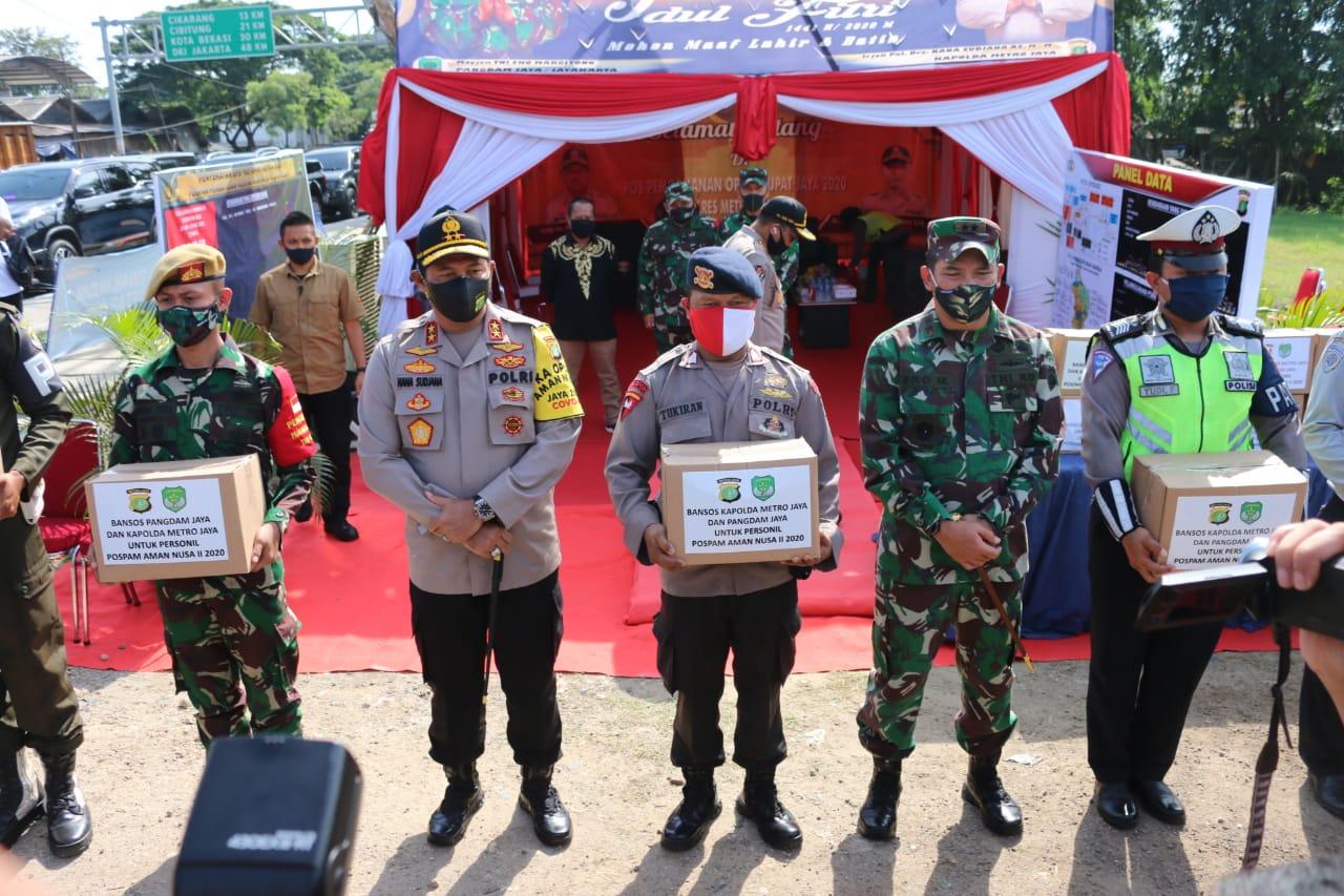 Kapolda Metro Jaya Bersama Pangdam Jaya Apresiasi Kinerja Anggotanya di Pos Penyekatan Kedungwaringin Cikarang