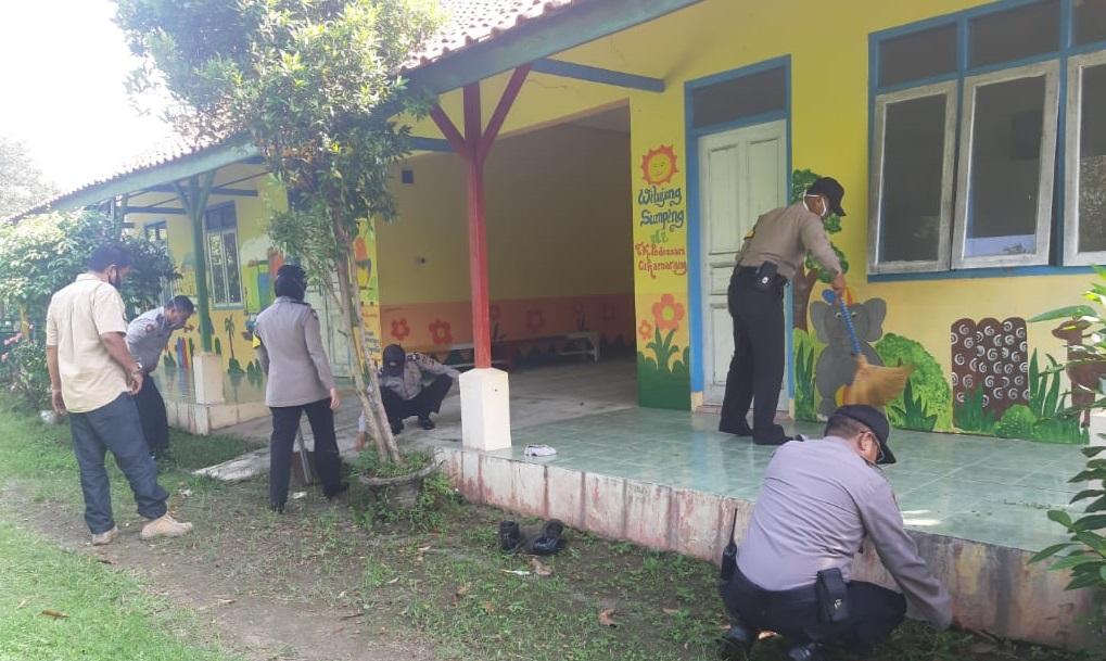 Persiapkan Kampung Tangguh, Polsek Panyingkiran Polres Majalengka Gotong Royong Lawan Coivid-19