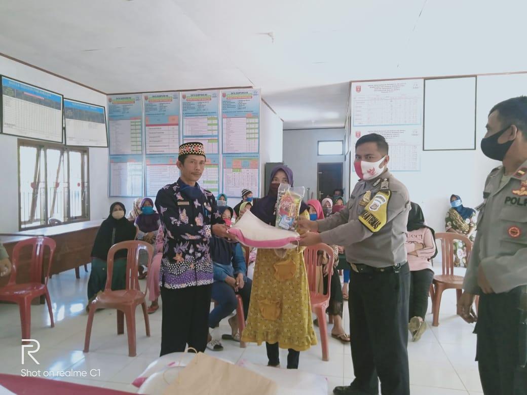 Dalam Rangka HUT Bhayangkara ke-74, Polsek Balik Bukit Bagikan Paket Sembako