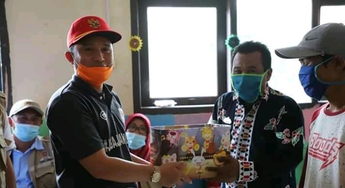 Bupati Lampung Barat Bagikan Sembako,Masker & BLT DD Pekon Tribudi Makmur