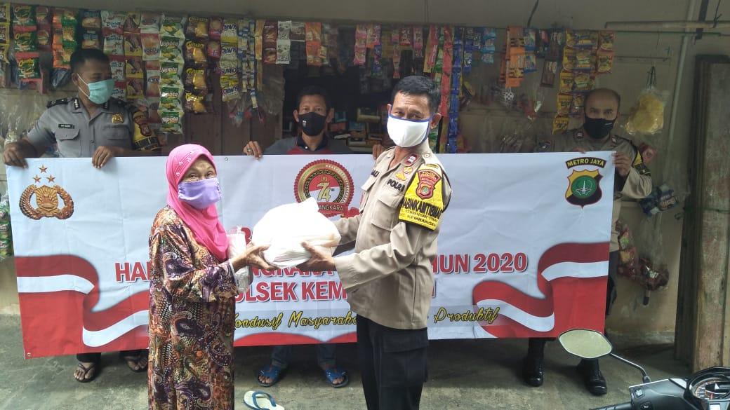 Sambut Bhayangkara ke-74 Polsek Kembangan Beri Lansia Sembako