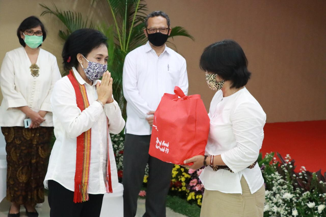 Menteri PPPA Simbolis Serahkan Paket Pemenuhan Kebutuhan Spesifik Perempuan dan Anak Tahap III