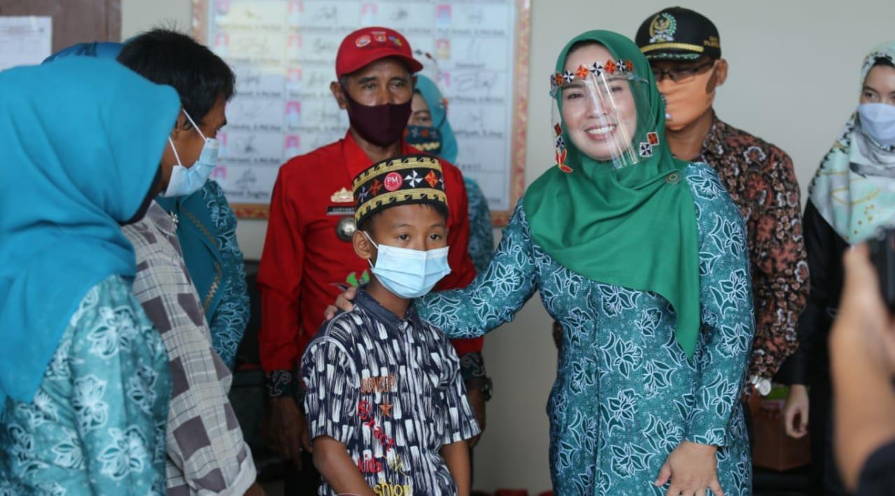 Ketua TP PKK Kab.Lampung Barat Partinia Parosil Mabsus  Lakukan Bakti Sosial Sunatan Massal