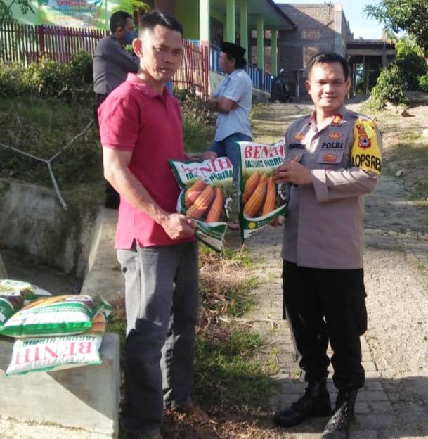 Kapolres Maros Serahkan Bantuan Bibit Jagung ke Warga Desa Rompegading