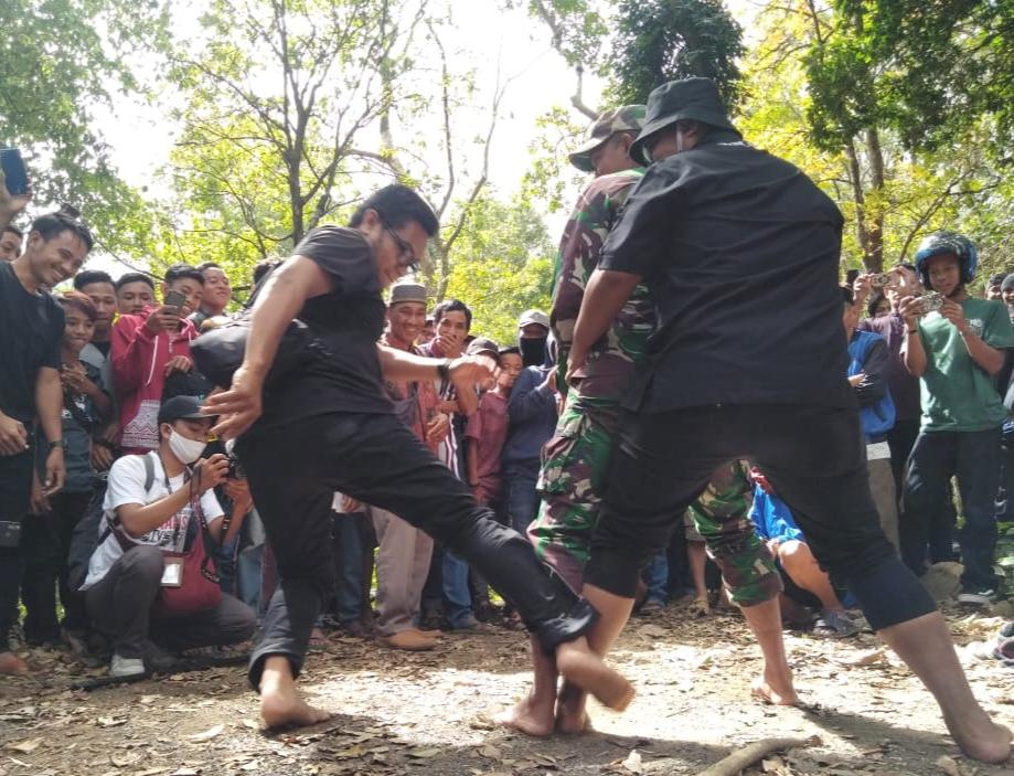 Acara Pesta Panen di Kecamatan Tompobulu Diwarnai Atraksi Menegangkan