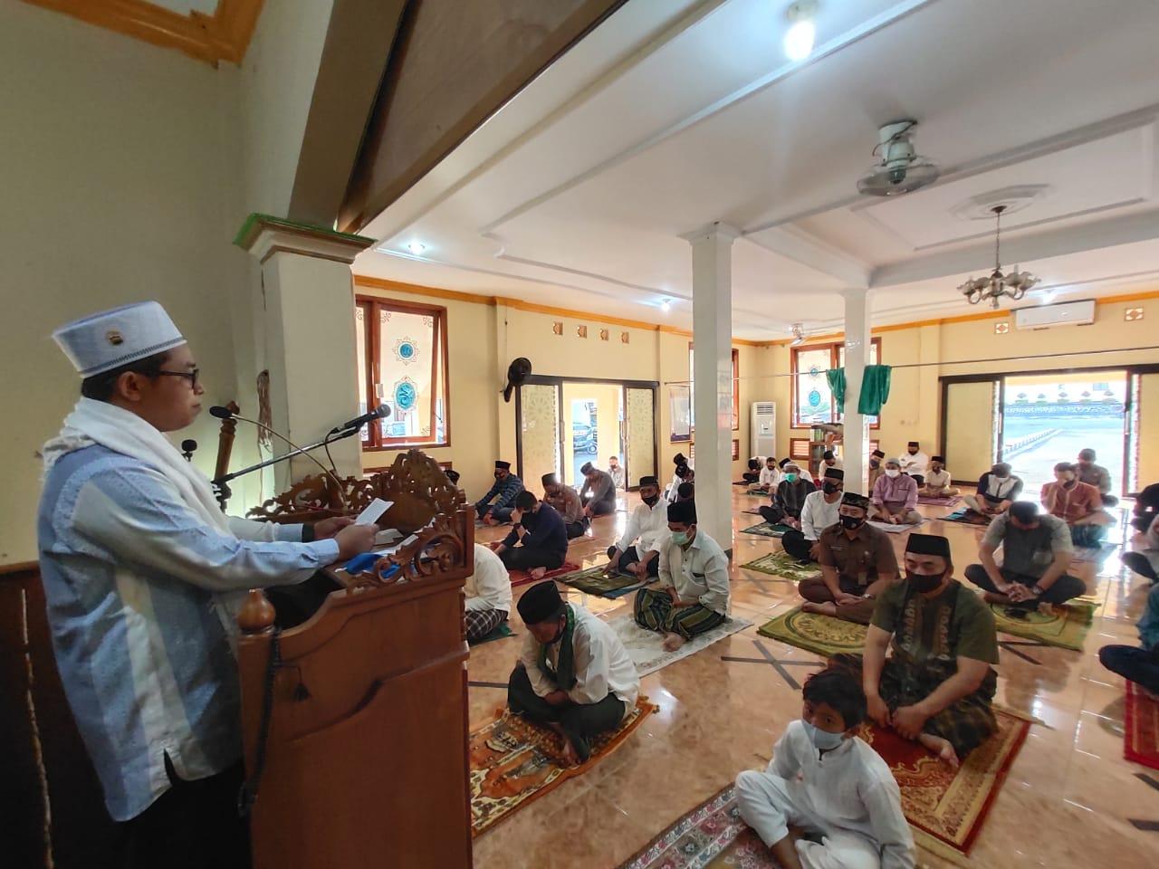 Polres Majalengka Gelar Sholat Idul Adha 1441 H di Masjid Mapolres Menerapkan Protokol Kesehatan