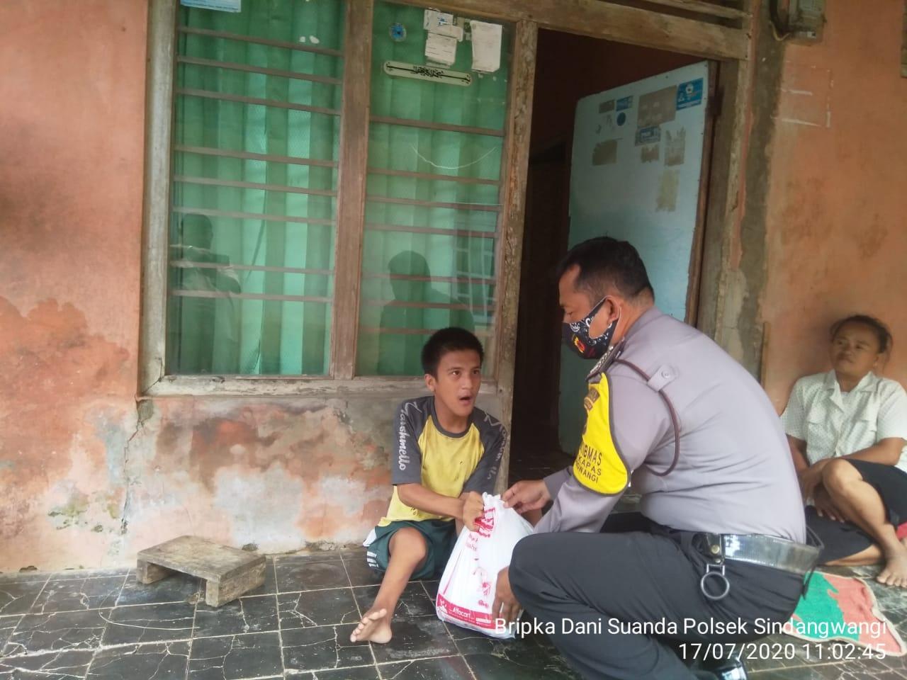 Peduli Bhabinkamtibmas Polsek Sindangwangi Berikan Sembako ke Warga Mengalami Sakit Cacat Fisik Kaki