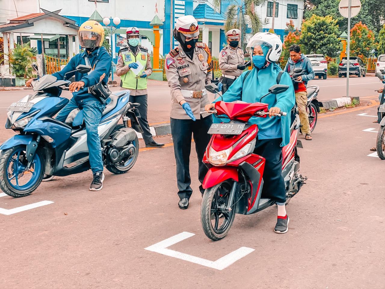 Terapkan Sosial distancing, Marka Henti Jalan Depan Polres Maros Didesain Mirip Arena Balap