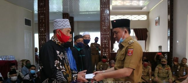 BupatiParosil Mabsus Serahkan Insentif Kepada Guru Ngaji, Imam Masjid, Marbot dan Hafidz