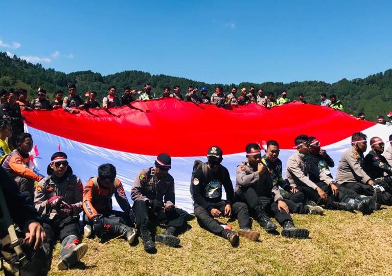 Jelajah Merah Putih, Polres Maros dan Kodim 1422Bentangkan Bendera Merah Putih di Puncak Gunung Bara
