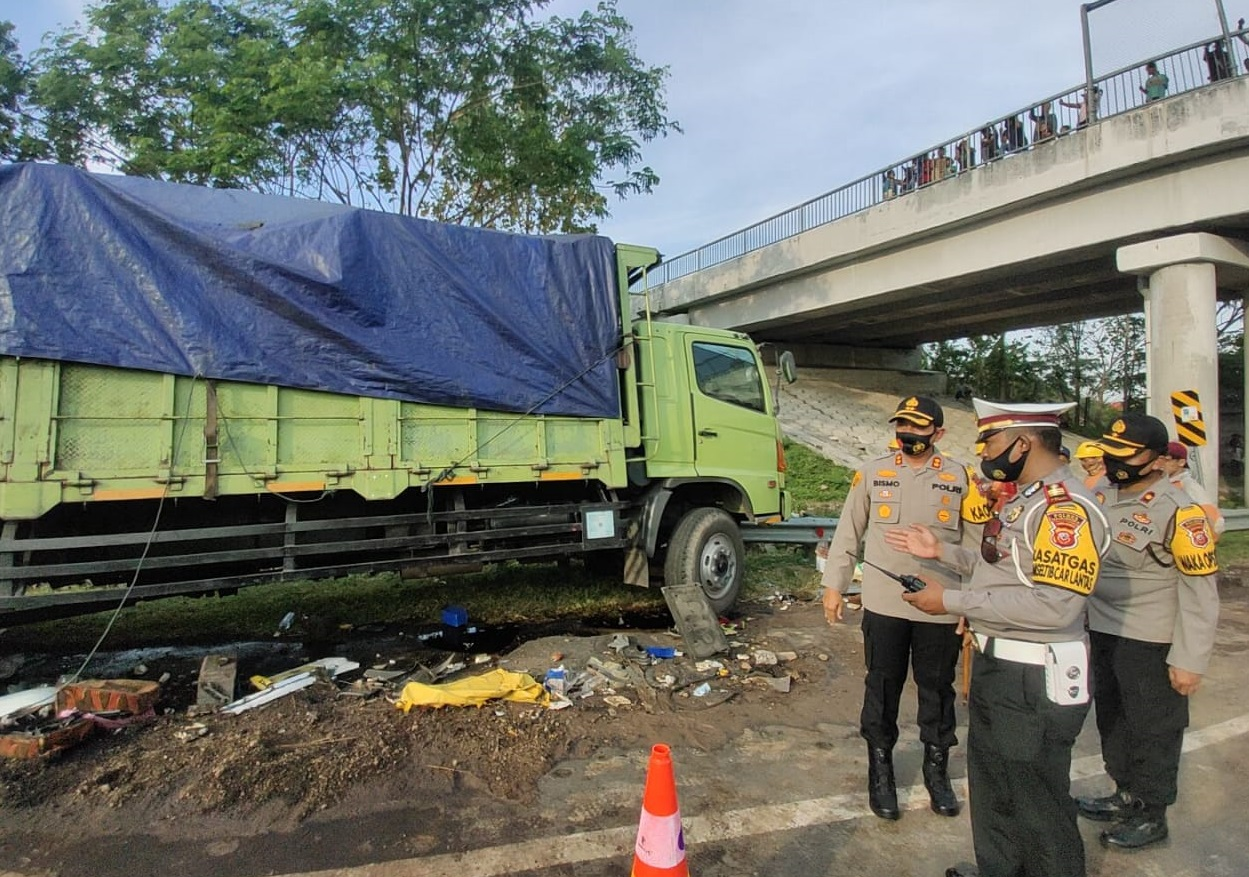 Kapolres Majalengka Cek Kondisi Kecelakaan Bus Tabrak Truk Teronton di Tol Cipali KM 150.700