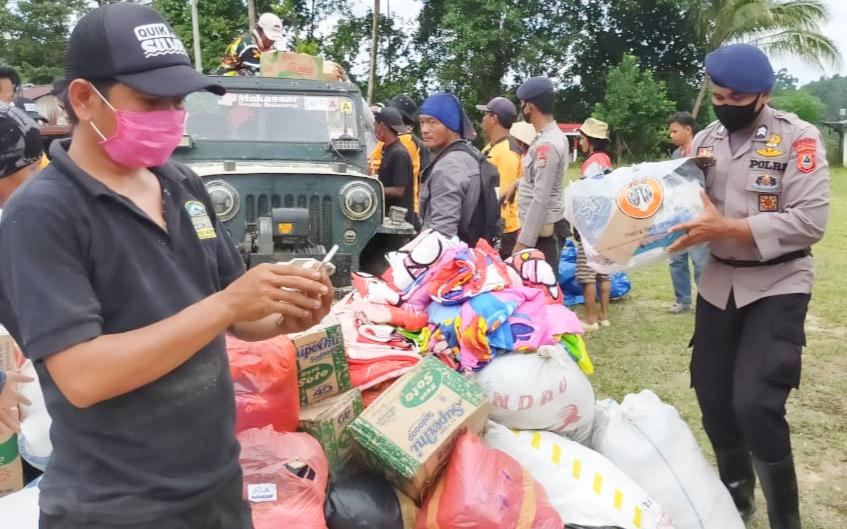 Masyarakat Desa Maipi Menyambut Kedatangan Tim IOF Bersama Brimobda Salurkan Bantuan