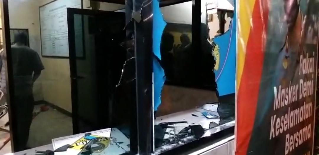 Ratusan Orang Misterius Serang Mapolsek Ciracas, Mobil Dibakar Mapolsek Dihancurkan