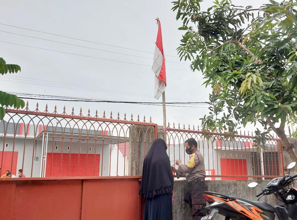 Serentak Personel Polres Maros dan Jajaran Kibarkan Bendera Merah Putih di Kediamannya