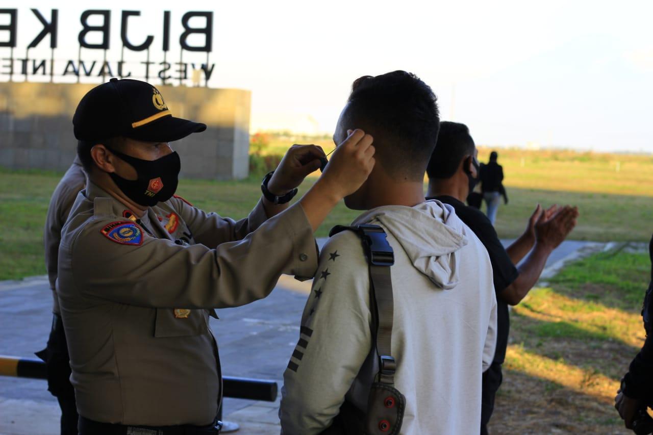Sinergi TNI Polri, Polsek Banjaran Bersama Koramil Berikan Masker Gratis dan Himbauan Protokol Kesehatan