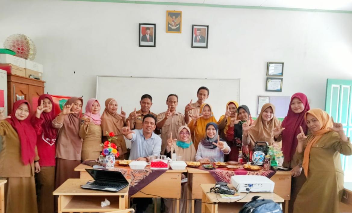 Guru SD 66 Kanjitongan Kecamatan Maros Baru Belajar Puisi