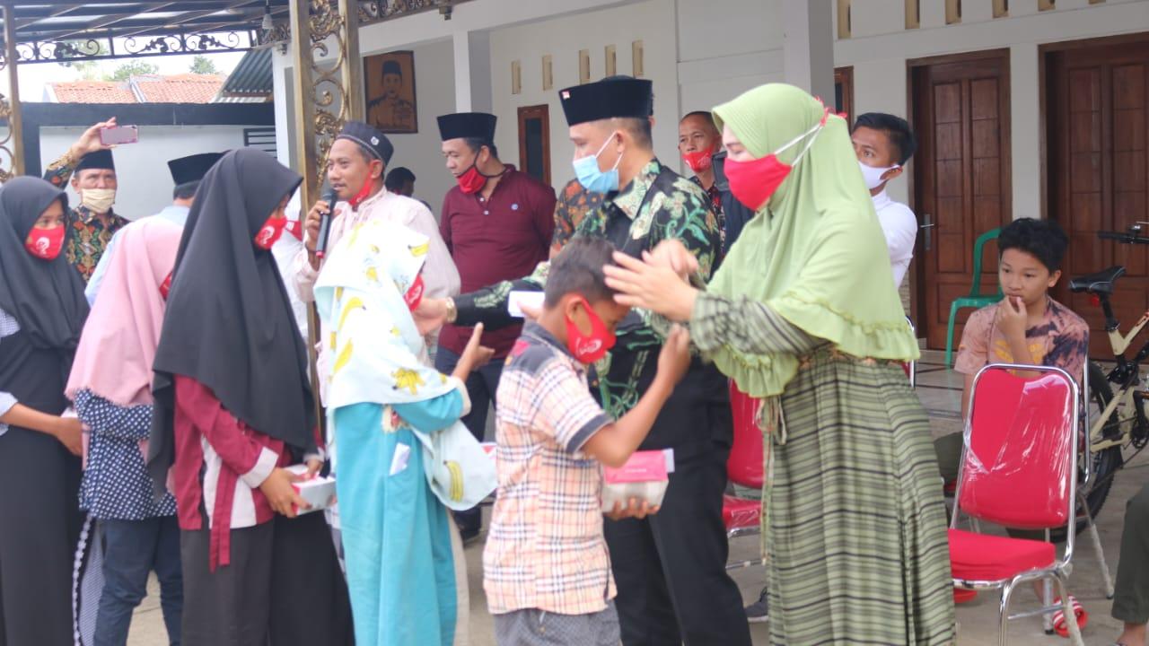 Implementasi Salah Satu 7 Program Kabupaten Lambar, Bupati Parosil Mabsus Berikan Santunan