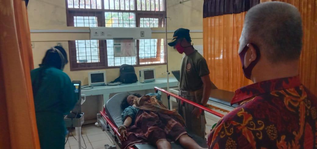 Sat Pol PP Lambar Merespon Cepat Orgil yang Sakit Membawanya ke Rumah Sakit