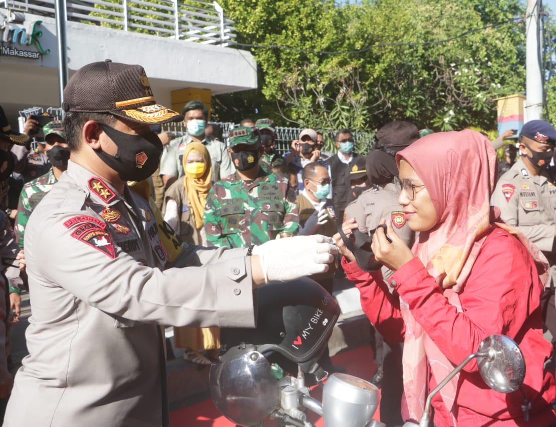 Kapolda Sulsel Turun ke Jalan Bagikan Masker Untuk Masyarakat di Depan Lapangan Karebosi