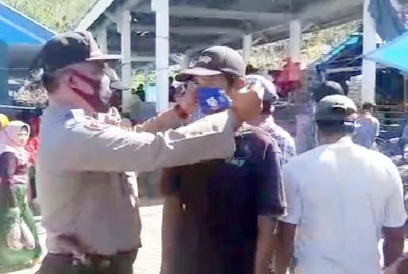 Kapolsek Tompo Bulu Bagi Masker ke Pedagang dan Pengunjung Pasar Bonto Manurung