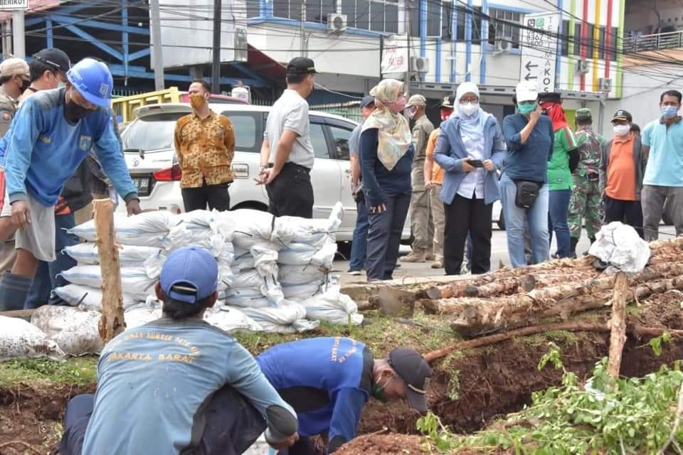 """Memastikan Kesiapan Hadapi Banjir, Pt Sekda DKI Tinjau 'Gerebek Lumpur"""" di Tubagus Angke"""