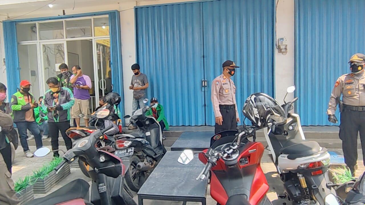 Terapkan Prokes, Polsek Tanjung Duren dan Tiga Pilar Edukasi Kerumunan Orang dan Ojol