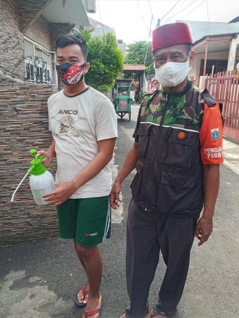 RT 08/07 Kelurahan Gandut Gencar Lawan Covid 19, Semprotan Cairan Disinfektan di Seluruh Pemukiman Warga