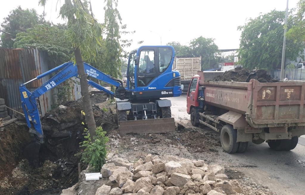 Satgas SDA Kecamatan Cilincing Pasang Salter di Jalan Arteri Marunda