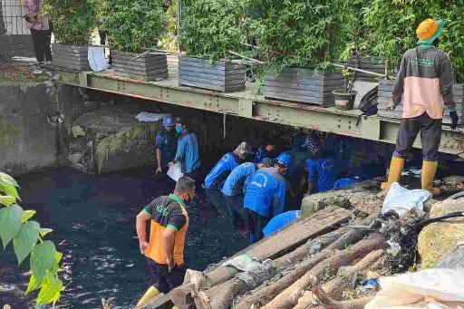 Upaya Antisipasi Banjir SDA Provinsi DKI Gerebek Lumpur di Kali Sekretaris Jakarta Barat