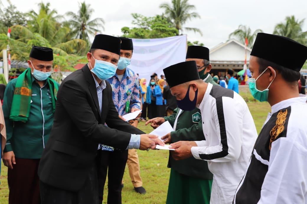 Hari Santri Nasional, Bupati Lambar Berikan Hadiah Umroh Kepada Para Guru Honorerdi Madrasah