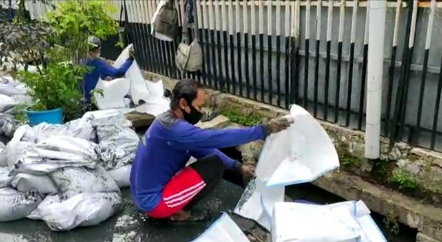 Satgas SDA Kecamatan Pademangan Keruk Lumpur dan Sampah di Jalan Pademangan II