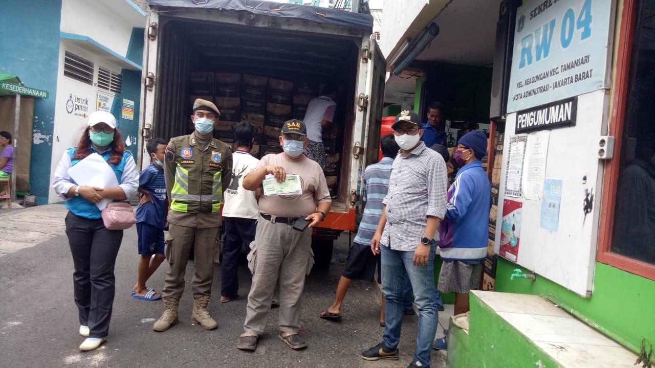 Sebanyak 1.450 Bantuan Paket Sembako Pemprov DKI Diterima Warga Keagungan