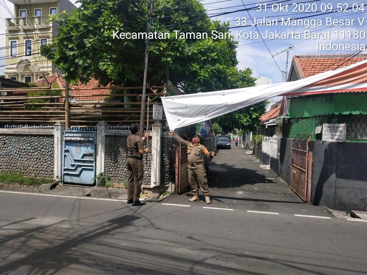 Penertiban Spanduk di Kawasan Mangga Besar, Jakarta Barat