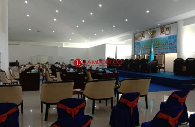Rapat Paripurna DPRD Kabupaten Pesibar Agenda Pandangan Umum Fraksi-fraksi Ditunda Tidak Kuorum