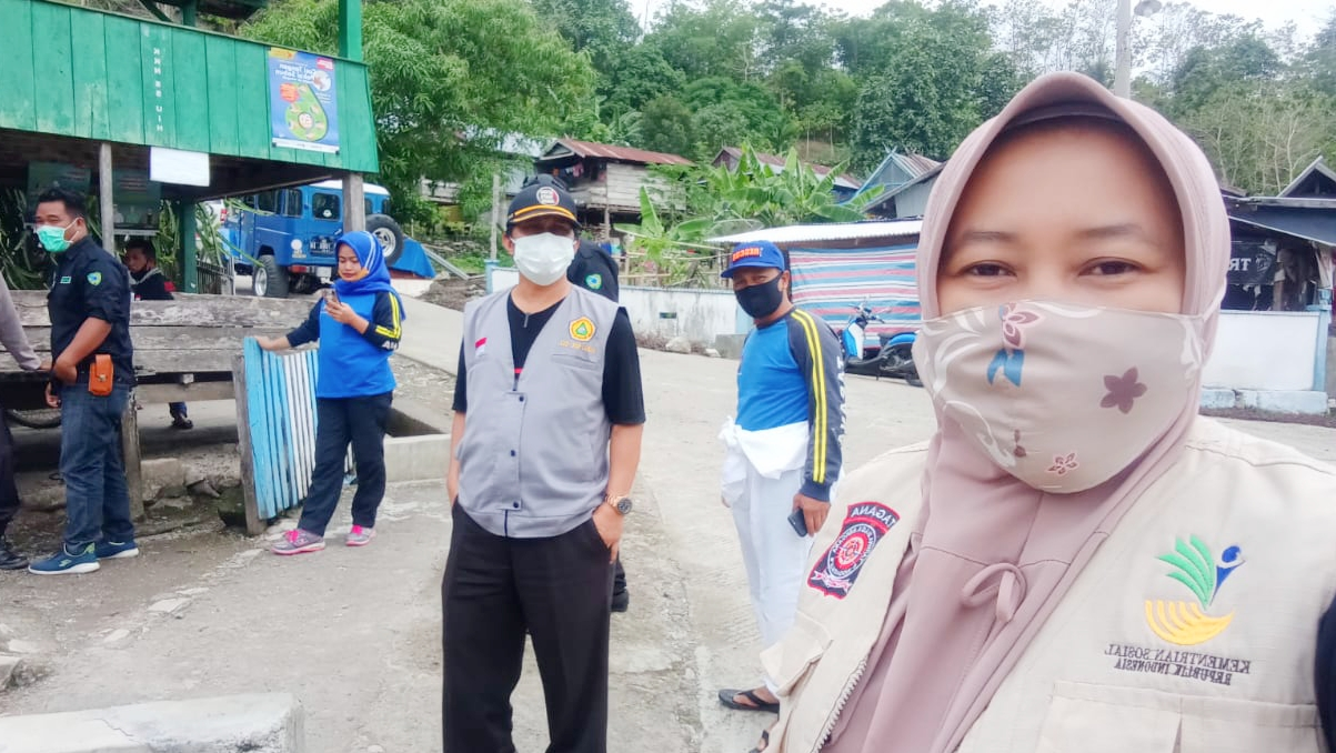 Tenaga Sosial dan Tagana Kabupaten Maros Semprot Cairan Disinfektan di Desa Wanuaru Kecamatan Mallawa