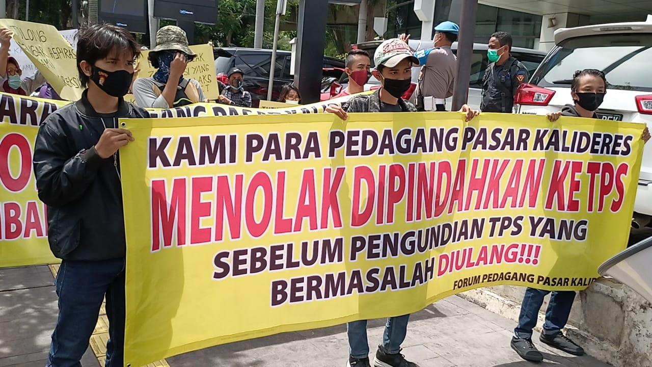 Aksi Pedagang Kali Deres Menolak Pembangunan Pasar 2 Lantai di Kantor Pasar Jaya