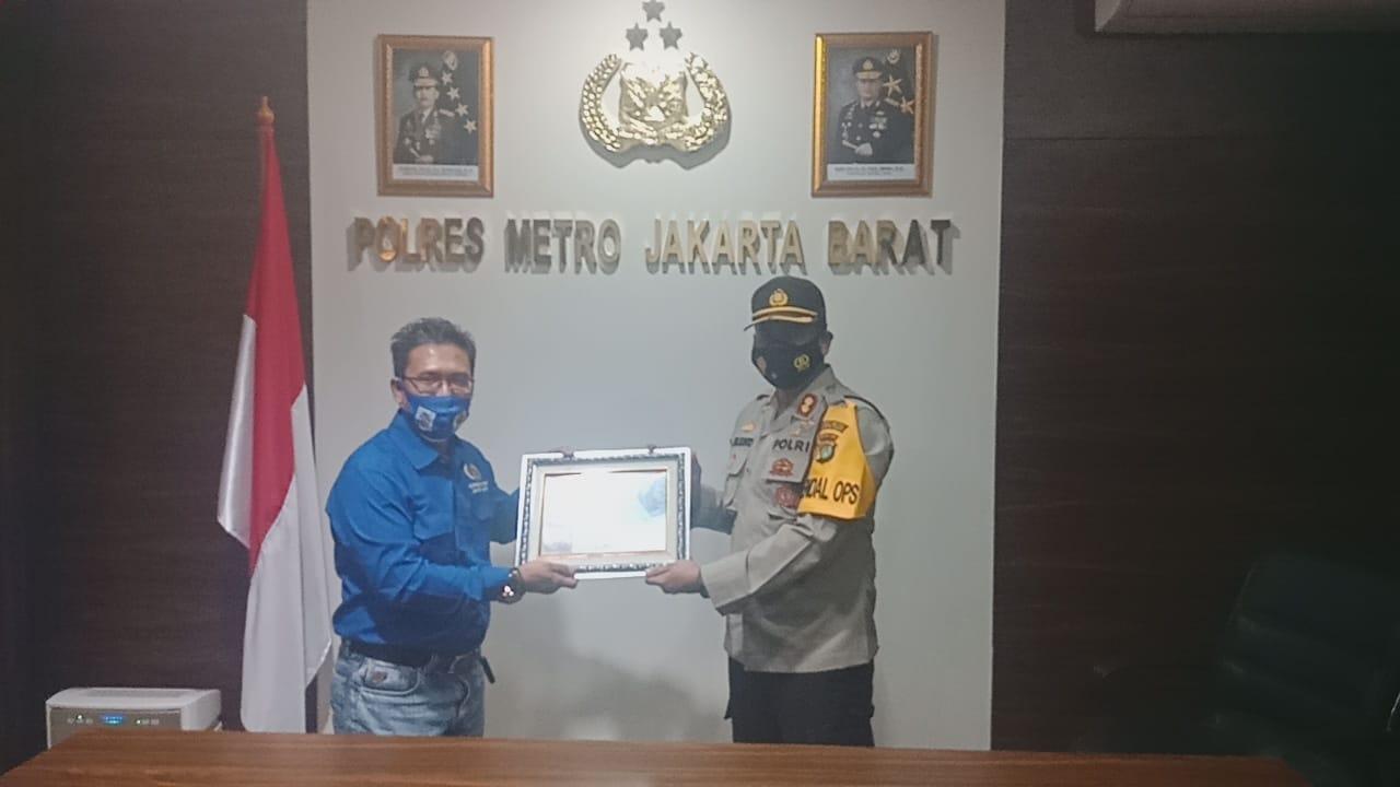 Koordinatoriat PWI Jakarta Barat Beri Penghargaan Kapolres Metro Jakarta Barat Percepatan Penanganan Pandemi Covi 19