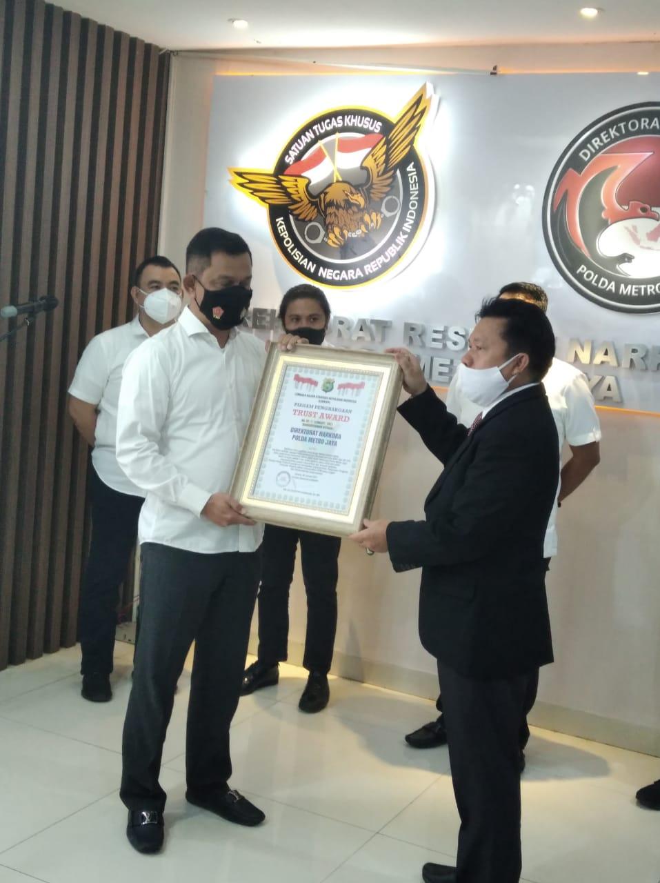 LEMPKAPI Apresiasi Kinerja Direktorat Reserse Narkoba Polda Metro Jaya Beri Penghargaan Trust Award