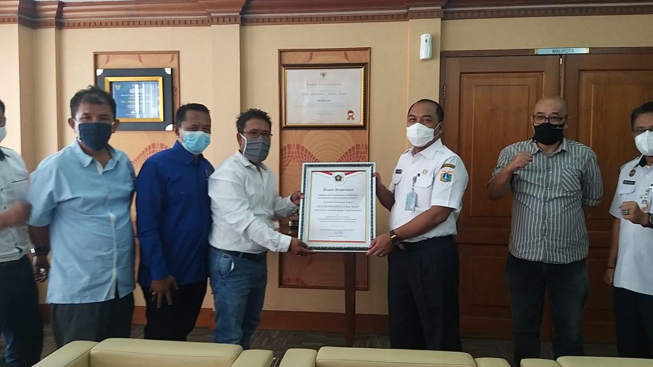 Penghargaan Percepatan Penanganan Wabah Covid-19 Diterima Walikota Uus Kuswanto dari PWI Koordinatoriat Jakbar